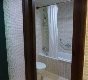 Bad, Blick zur Toilette und Badewanne Hotel Quinta Avenida Habana