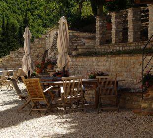 Gemütlicher Sitzbereich hinter dem Haus Apartments Borgo Belfiore