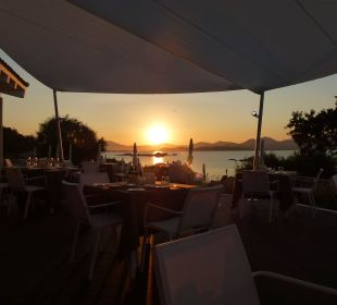 Sonnenuntergang beim Dinner  CalaCuncheddi Resort & Marina