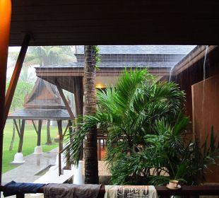 Terrasse bei Regen C&N Kho Khao Beach Resort