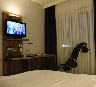 TV und Schreibtisch Holiday Inn Express Hotel Bremen Airport