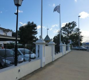 Links Hotel, davor Straße  Hotel BlueBay Banús
