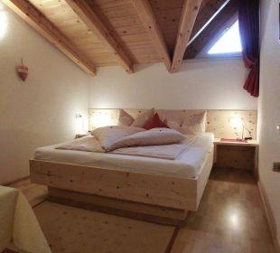 Entspannen und tief schlafen im Zirbenholz-Bett Berghof Thöni