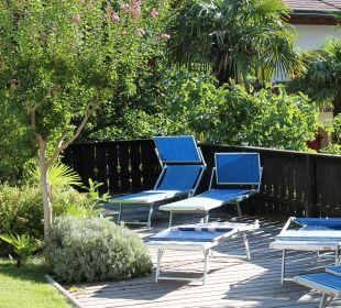 Liegestühle auf die Holzterrasse am Pool Hotel Zirmerhof