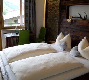 Bett mit Balkonsicht Richtung Kitzsteinhorn Pension St. Georg