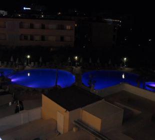 Pool am Abend, beleuchtet Hotel JS Alcudi Mar