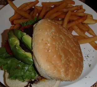 Avocadoburger im Strandrestaurant Hotel & Club Punta Leona