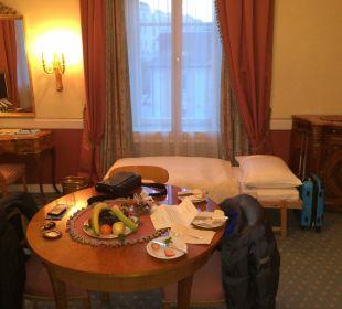 Tisch mit Obstkorb und Sachertörtchen Hotel Sacher