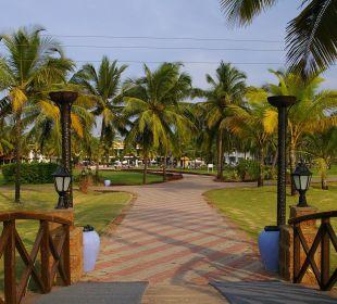 Fußweg durch die Gartenanlage zum Hotel Hotel Holiday Inn Resort Goa