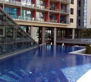 Poolbereich auf Höhe des Erdgeschosses Hotel Pullman Barcelona Skipper