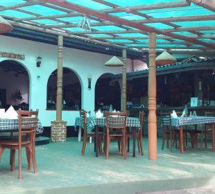 Terrasse, dahinter das offene Restaurant Hotel Susantha Garden