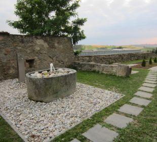 Brunnen - dahinter Trinkwasser Hotel Schatz.Kammer Burg Kreuzen