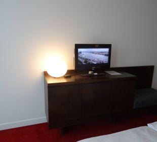 Fernseher und Zimmersafe darunter Empire Riverside Hotel Hamburg