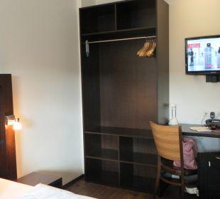 Kasten, Schreibtisch und Fernseher Hostel Köln