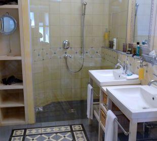 Grosszügiges Badezimmer mit Wanne und Dusche Lenkerhof gourmet spa resort