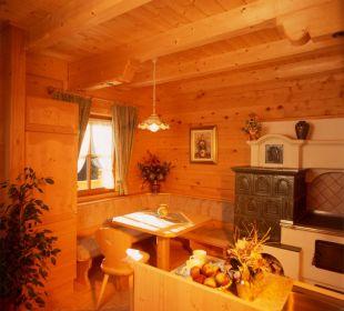 Kachelofen im Wohnraum für besondere Atmosphäre Apartment Hotel Bio-Holzhaus Heimat