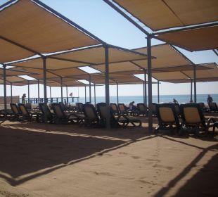 Große Sonnensegel am Strand Hotel Royal Wings