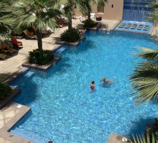 Blick auf Poolanlage Vida Hotel Downtown Dubai