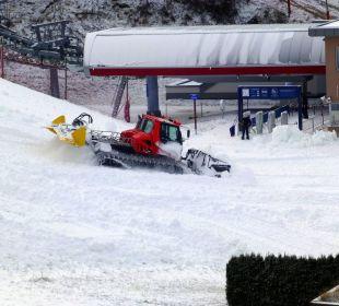 Pistenbully verteilt den Schnee Sonnhof Alpendorf