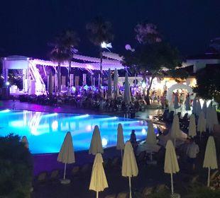 Nocny widok na basen Bellis Deluxe Hotel