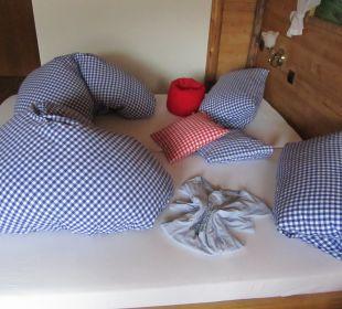 Beispiel, wie ein gemachtes Bett aussehen kann Hotel Hirschbachwinkel