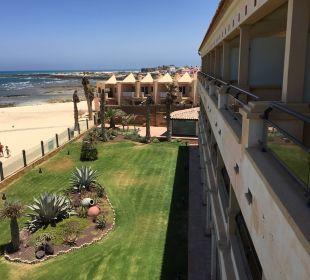 Aussicht auf den Strand mit Bauruine Gran Hotel Atlantis Bahia Real