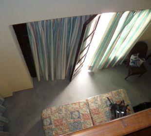 Sicht von oben auf die Wohnung unten mit Bett Hotel Kalidon