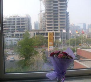 Blick aus dem Hotelzimmer auf die Liangmaqiao Road Kempinski Hotel Beijing Lufthansa Center