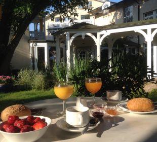 Frühstück im Garten Hotel Villa Granitz