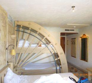 In jedem Zimmer sind auch zwei Kinderbetten Hotel Colosseo Europa-Park