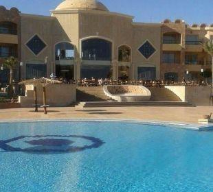 Blick vom pool auf loppy Hotel Utopia Beach Club