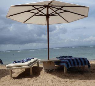 Schöne Liegen und Schirme am Strand Hotel Griya Santrian