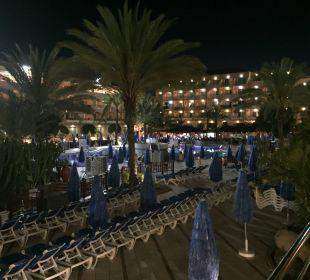 Basen nocą, a w dali bar przy basenie Hotel Mirador Maspalomas Dunas