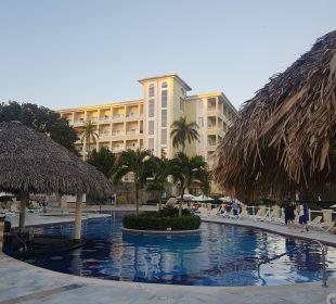 Blick vom Pool zum Hotel  Grand Bahia Principe Cayacoa