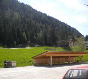 Richtung Straße und Motorradstellplatz Gasthof zum Hirschen