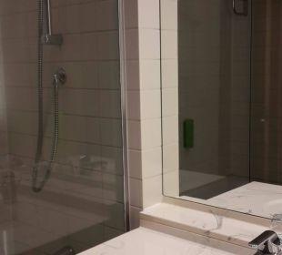 Badezimmer mit Badewanne Hotel Holiday Inn Hamburg
