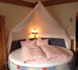 Schöne Träume im runden Himmelbett Hotel Bergkristall