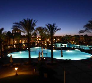 Poolanlage bei Nacht Hotel Iberotel Makadi Beach