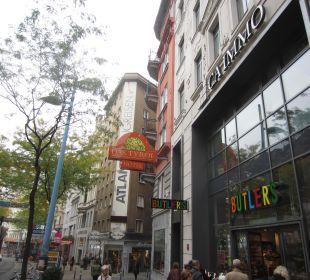 Seitliche Ansicht in die Mariahilfer-Strasse Small Luxury Hotel Das Tyrol