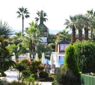 Weg zum Pool und Strand Bellis Deluxe Hotel