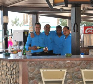 Die super Poolbar und nette Kelner Hotel Le Pacha Beach Resort