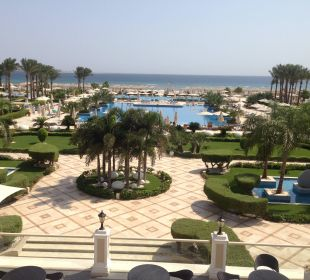 Blick von der Terrasse auf die Poollandschaft