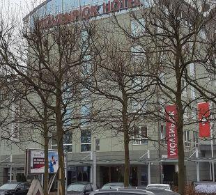 Das Hotel vom Flughafenausgang Mövenpick Hotel Nürnberg Airport
