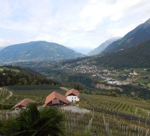 Vom Hotel Blick hinüber nach Dorf Tirol Hotel Panorama