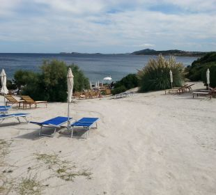 Der kleine Strand des Hotels Colonna Resort