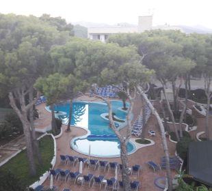 Blick vom Nachbarhotel auf den Pool  Hotel & Spa S'Entrador Playa