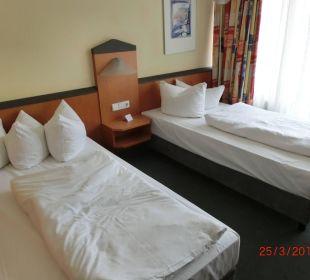 Nach kurzem Umbau hatten wir ein Doppelbett Victor's Residenz Hotel Berlin Tegel