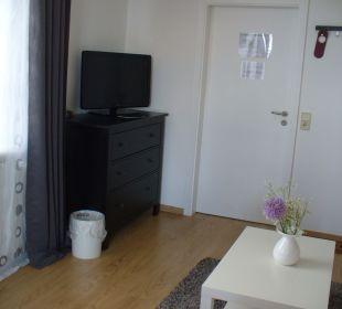 TV und Kommode Hotel Kleiner Yachthafen