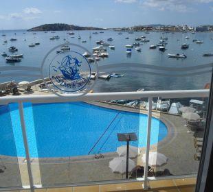 Zimmerausblick auf die Poolanlage und das Meer Hotel Simbad