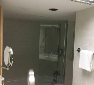 Spiegel im Bad zeigt Badewanne ARCOTEL Rubin